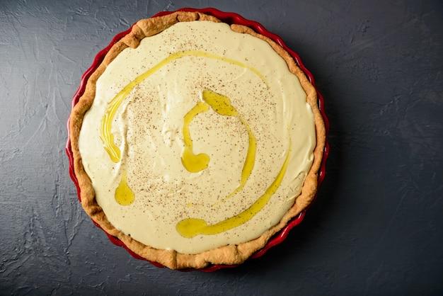 Vista dall'alto di crostata con pasta e olio d'oliva