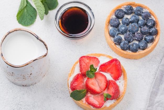 Vista dall'alto di crostate di frutta con panna e miele