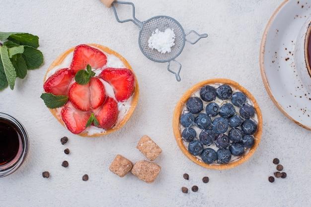 Vista dall'alto di crostate di frutta con zollette di zucchero