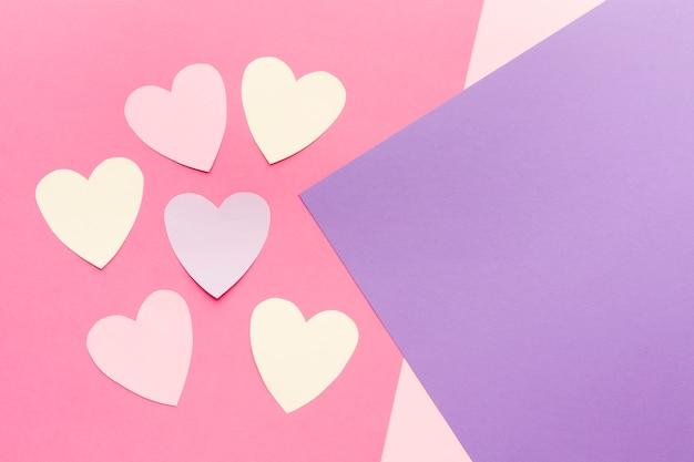 Vista dall'alto di cuori di carta di san valentino