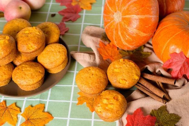 Vista dall'alto di cupcakes zucca autunnale