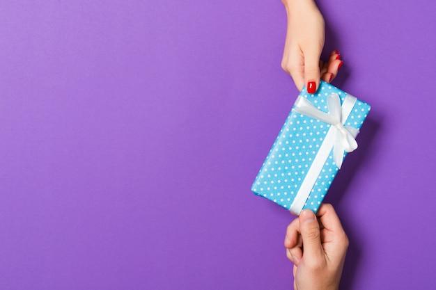 Vista dall'alto di dare un regalo a una persona adorabile.