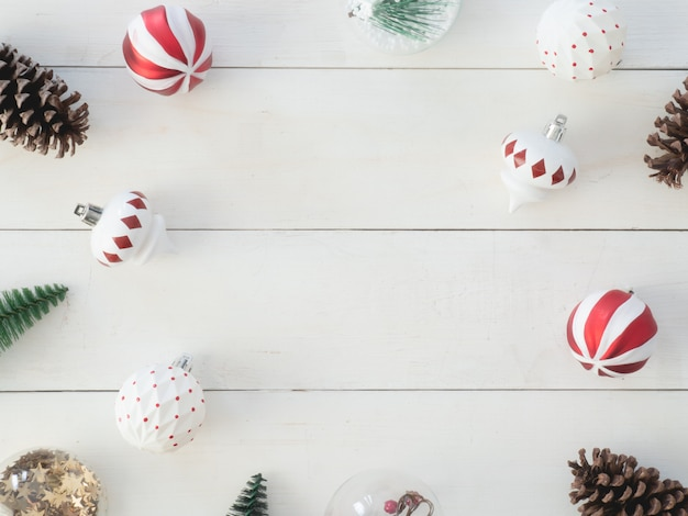 Vista dall'alto di decorazioni natalizie con pigne, albero giocattolo e palline, sfondo cornice