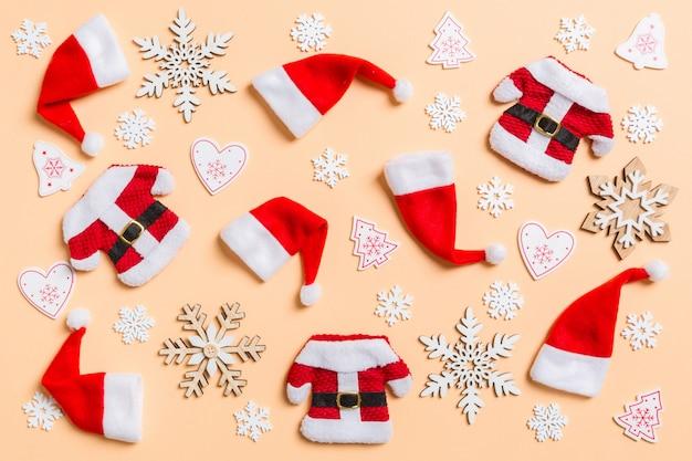 Vista dall'alto di decorazioni natalizie e cappelli di babbo natale. concetto di vacanza felice