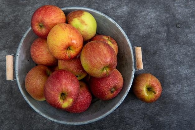 Vista dall'alto di deliziose mele rosse nella vecchia vasca di metallo