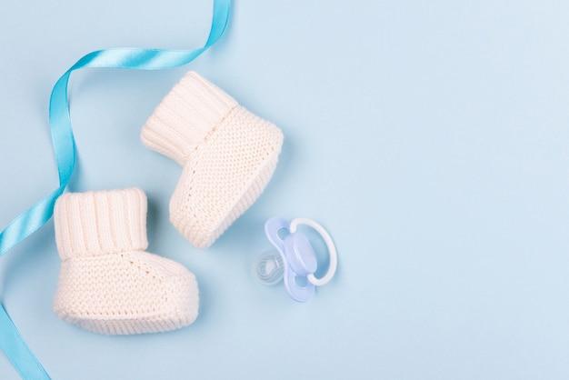 Vista dall'alto di deliziosi calzini lavorati a maglia