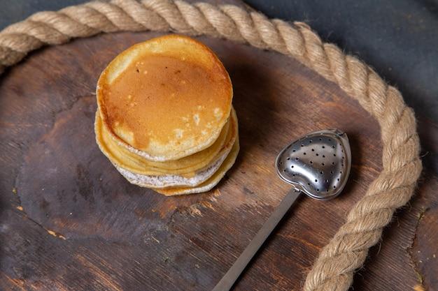 Vista dall'alto di deliziosi muffin rotondi formati sulla superficie in legno