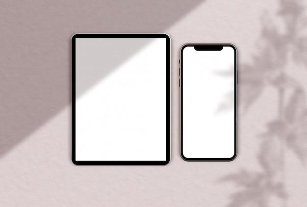 Vista dall'alto di dispositivi con accenti in oro rosa
