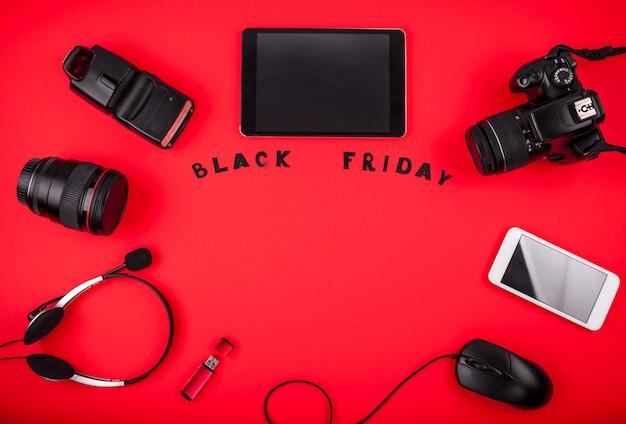 Vista dall'alto di dispositivi moderni pronti per la vendita il black friday