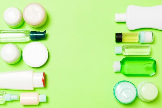 Vista dall'alto di diversi flaconi per la cosmetica e contenitori per cosmetici