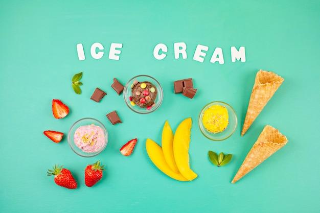 Vista dall'alto di diversi gelati con gli ingredienti