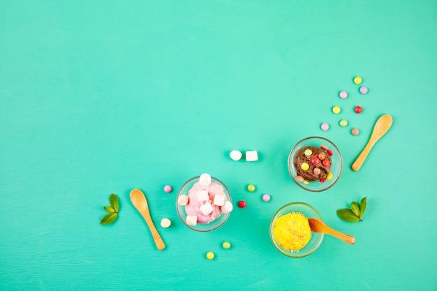 Vista dall'alto di diversi gelati con topping