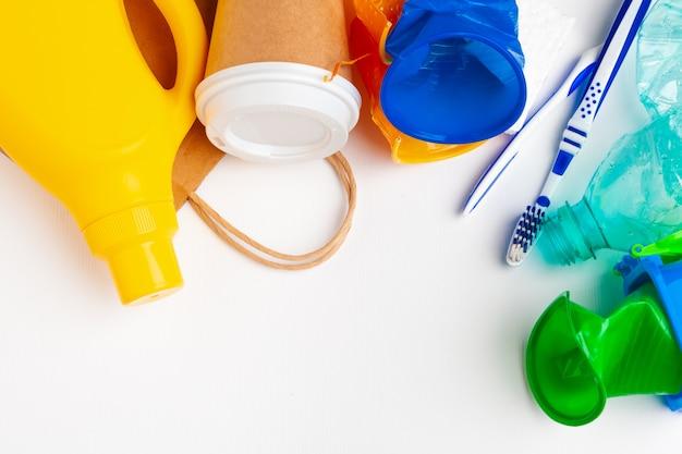 Vista dall'alto di diversi materiali di immondizia con il riciclaggio