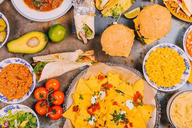 Vista dall'alto di diversi piatti messicani su vecchio sfondo stagionato