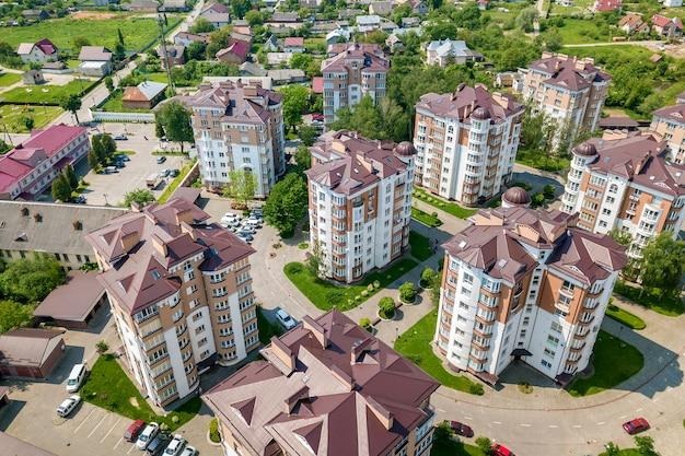 Vista dall'alto di edifici alti appartamento o ufficio, auto parcheggiate, paesaggio urbano della città. drone fotografia aerea.