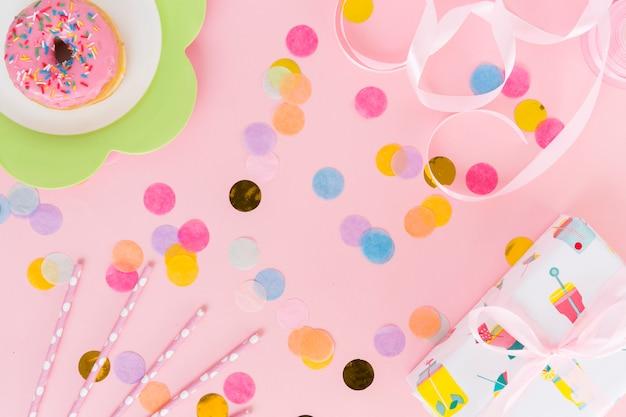 Vista dall'alto di elementi di compleanno con coriandoli