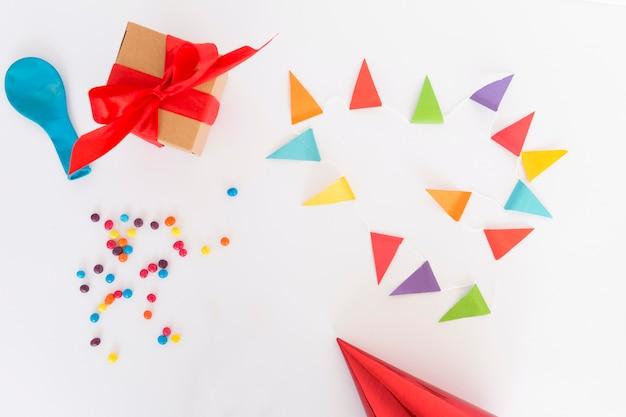Vista dall'alto di elementi di compleanno