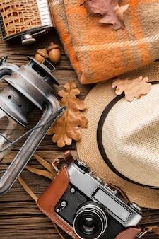 Vista dall'alto di elementi essenziali autunnali con cappello e fotocamera