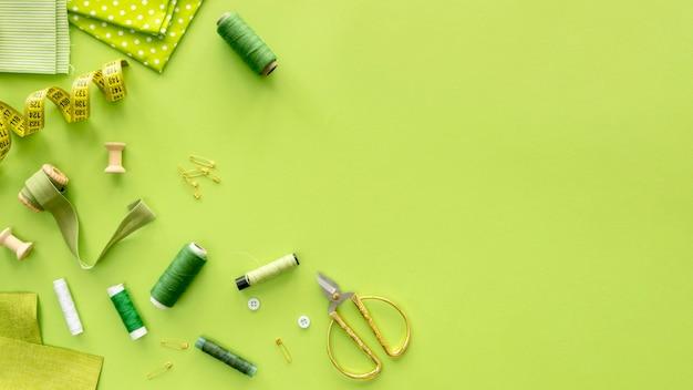 Vista dall'alto di elementi essenziali per cucire con filo