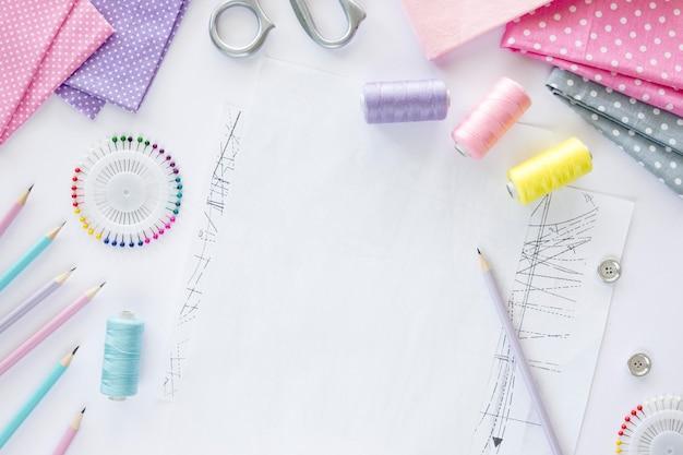 Vista dall'alto di elementi essenziali per cucire con tessuti
