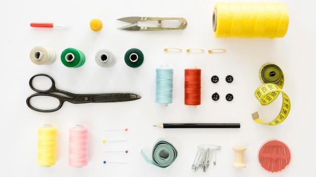Vista dall'alto di elementi essenziali per cucire