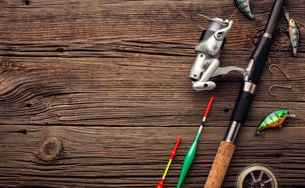 Vista dall'alto di elementi essenziali per la pesca con canna e copia spazio