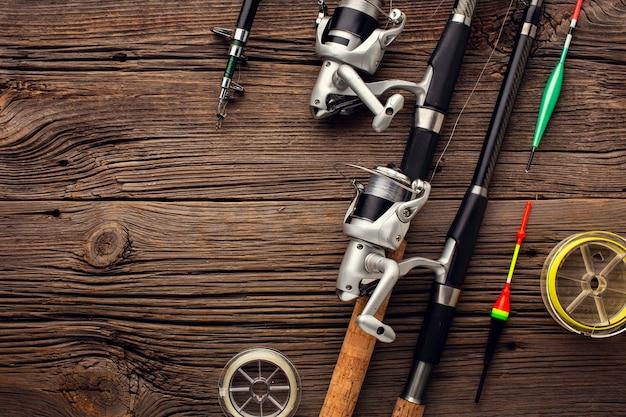 Vista dall'alto di elementi essenziali per la pesca e copia spazio