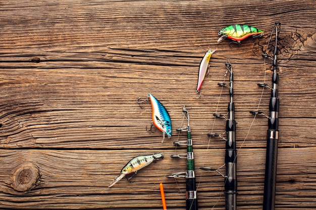 Vista dall'alto di esche da pesca e canne da pesca