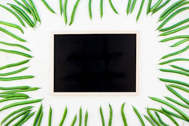 Vista dall'alto di fagioli freschi e sfondo cornice nera