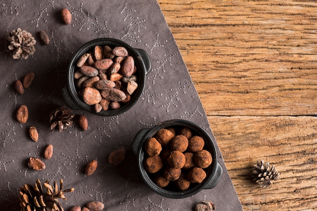 Vista dall'alto di fave di cacao e tartufi al cioccolato in ciotole