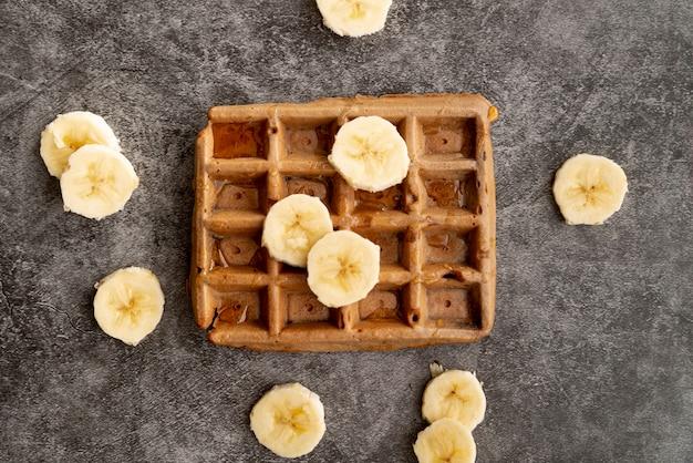 Vista dall'alto di fette di banana sulla cima di waffle