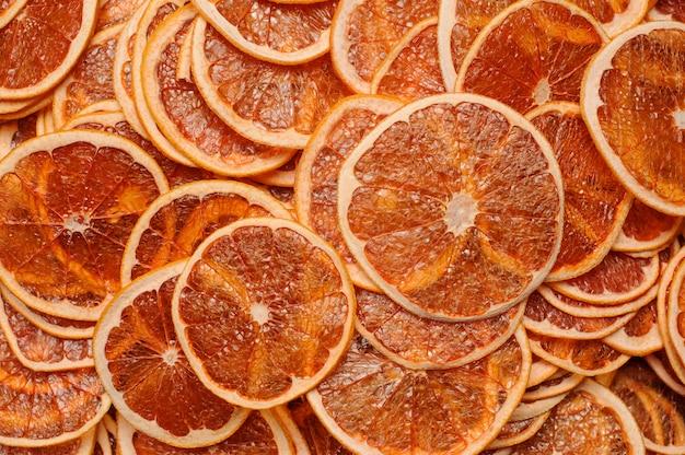 Vista dall'alto di fette fresche e gustose di frutta arancione