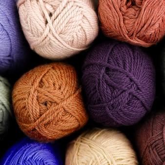 Vista dall'alto di filato di lana colorata