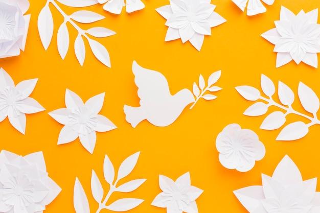 Vista dall'alto di fiori di carta con colomba