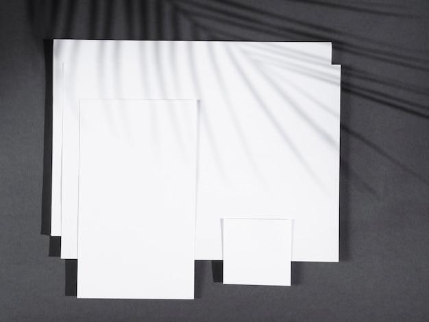 Vista dall'alto di fogli bianchi con ombre