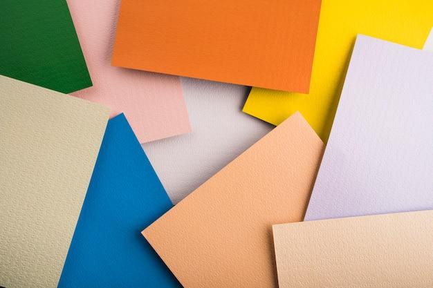 Vista dall'alto di fogli di carta colorata