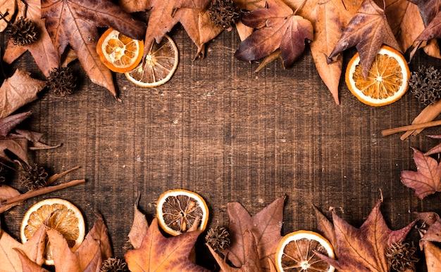Vista dall'alto di foglie d'autunno per il ringraziamento