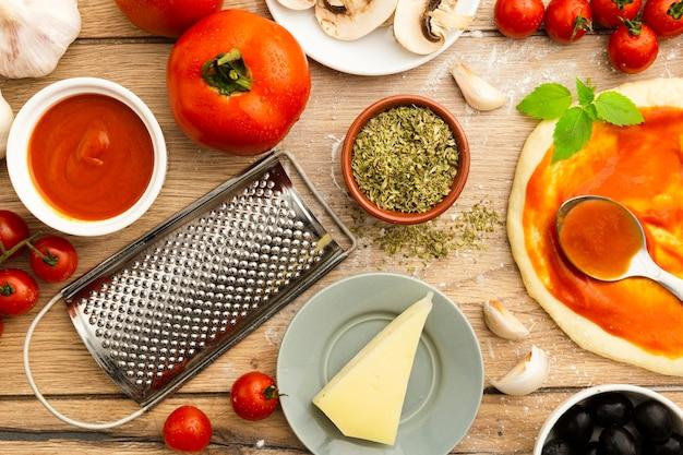 Vista dall'alto di formaggio e pizza ingredienti