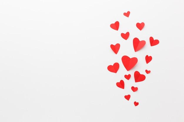 Vista dall'alto di forme di cuore di carta per san valentino con spazio di copia