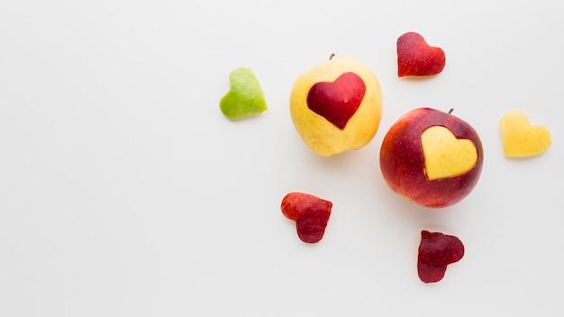 Vista dall'alto di forme di cuore di frutta e mele con spazio di copia