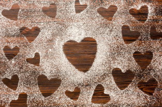 Vista dall'alto di forme di cuore in farina per san valentino