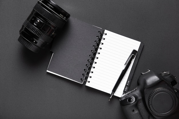Vista dall'alto di fotocamera e notebook