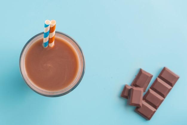 Vista dall'alto di frappè al cioccolato