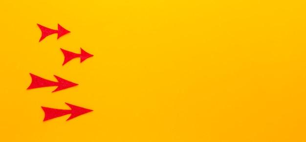 Vista dall'alto di frecce rosse che puntano a destra