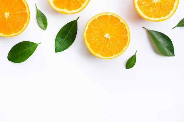 Vista dall'alto di frutta arancione e foglie isolati su sfondo bianco.