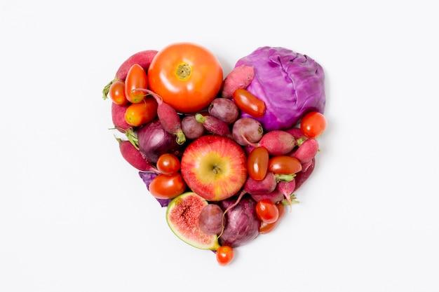 Vista dall'alto di frutta e verdura fresca a forma di cuore