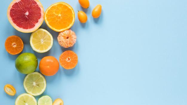Vista dall'alto di frutta fresca sul tavolo con spazio di copia