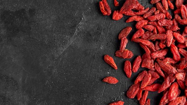 Vista dall'alto di frutti secchi rossi con copia spazio