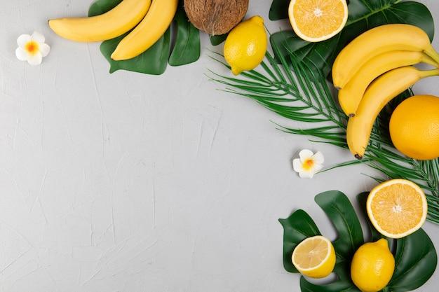 Vista dall'alto di frutti su sfondo chiaro con spazio di copia