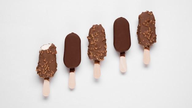Vista dall'alto di gelati al cioccolato sul tavolo
